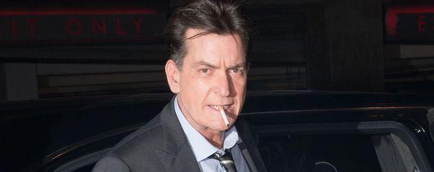 Charlie Sheen steigt rauchend aus dem Auto
