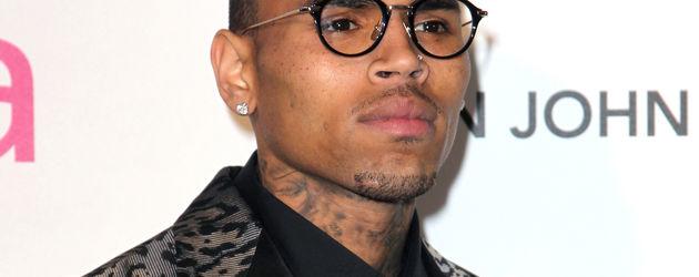 Chris Brown mit runder Nerdbrille