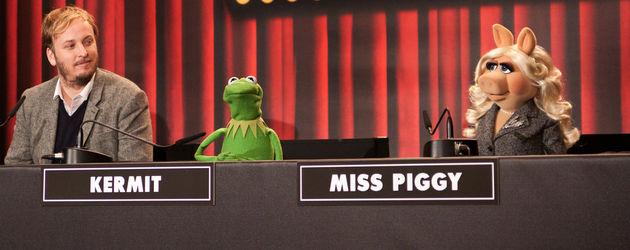 Die Muppets mit ihrem Regisseur geben eine Presse-Konferenz