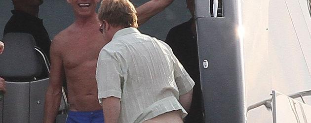 Elton John mit nacktem Popo