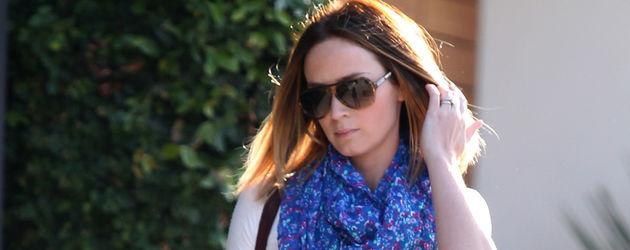 Emily Blunt mit blauem Tuch