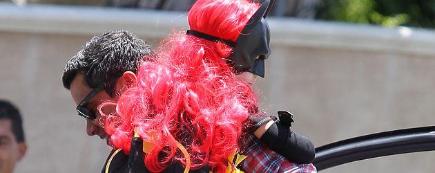 Honor Marie als Batgirl mit pinker Perücke