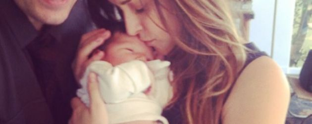 Jason Biggs und Jenny Mollen kuscheln mit Baby Sid