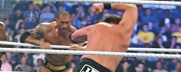 JBL verpasst seinem Gegner einen Elbow-Smash