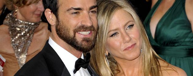 Jennifer Aniston lehnt sich an Justin Theroux
