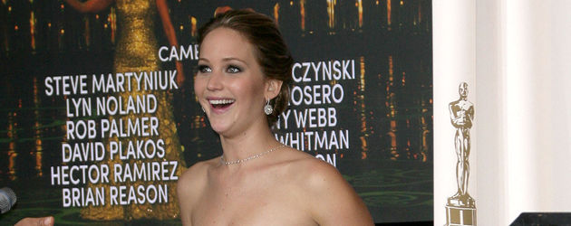 Jennifer Lawrence lachend und mit dem Oscar in der Hand