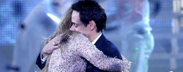 Jennifer Lopez und Marc Anthony umarmen sich