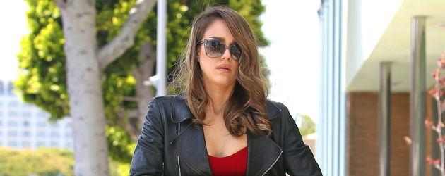 Jessica Alba mit rotem Top und Sonnenbrille