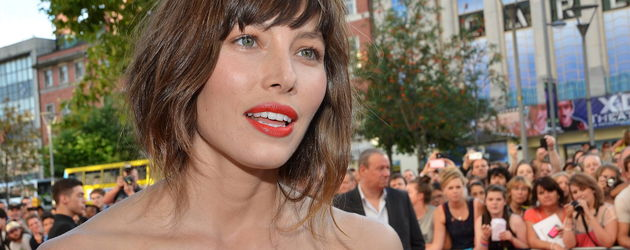 Jessica Biel mit orangefarbenen Lippen und Fake-Bob