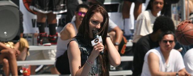 Joelina Drews mit Mikrofon