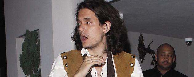 John Mayer im gestiefelten-Kater-Look