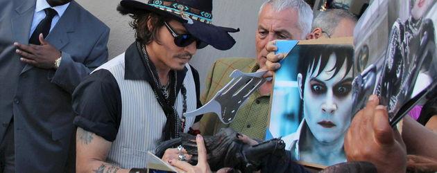 Johnny Depp gibt vielen Fans Autogramme