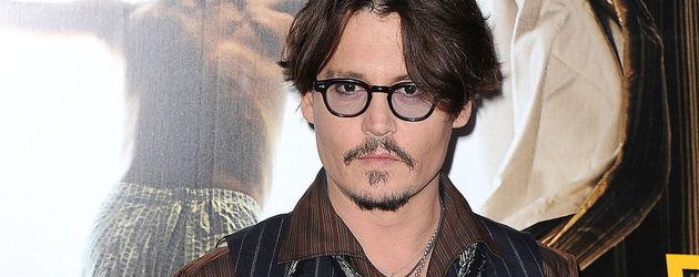 Johnny Depp trägt blaue Nägel