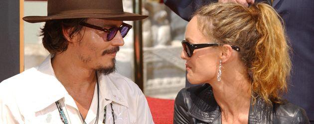 Johnny Depp und Vanessa Paradis sehen sich an