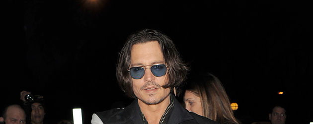 Johnny Depp zeigt mit Daumen auf einen Fotografen