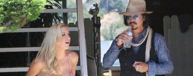 Jordan Carver mit einem Double von Johnny Depp