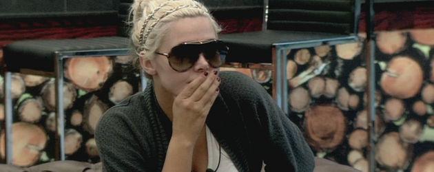 Karissa Shannon trägt eine Sonnenbrille