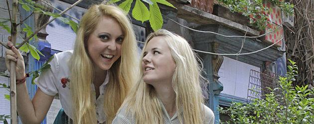 Kathi Weiß & Marie Michalke auf einer blauen Bank
