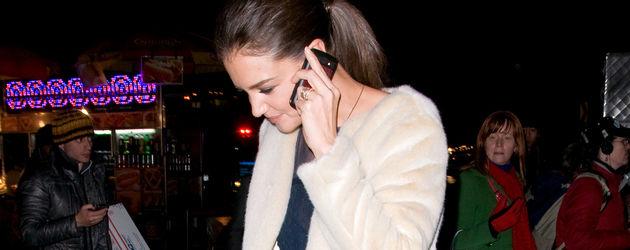Katie Holmes am Telefon