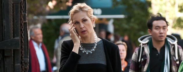 Kelly Rutherford telefoniert