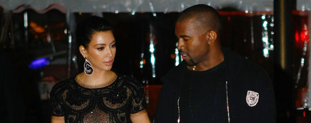 Kim Kardashian und Kanye West Arm in Arm