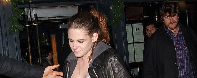 Kristen Stewart mit Zopf und Lederjacke