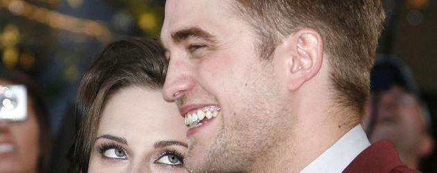 Kristen Stewart schaut lächelnden Robert Pattinson an