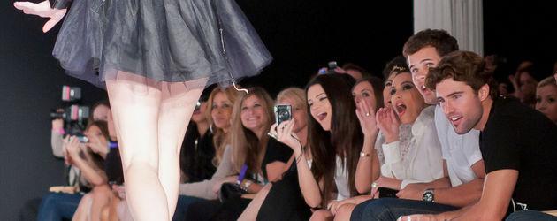 Kylie Jenner auf dem Laufsteg, ihre Familie jubelt