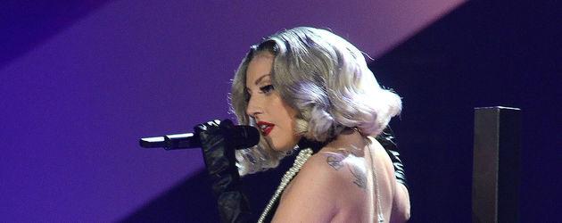 Lady GaGa mit Rücken zur Kamera