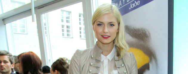 Lena Gercke trägt eine braune Lederhose