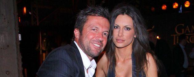 Lothar Matthäus und seine Freundin Joanna sitzen auf einer Bank