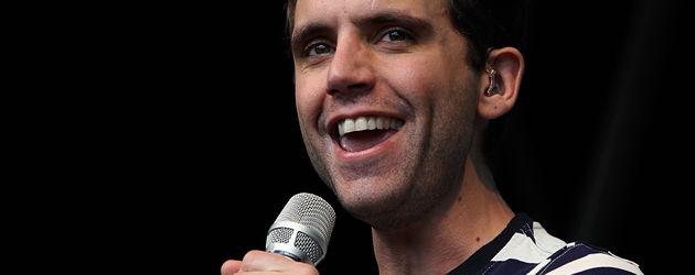 Mika in einem schwarz-weiß gestreiften Shirt