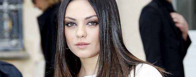 Mila Kunis Portrait im weißen Mantel