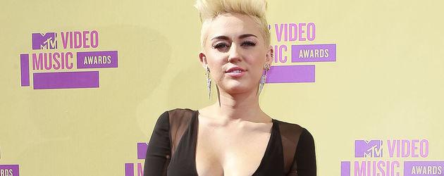 Miley Cyrus mit kurzen Haaren und schwarzem Kleid