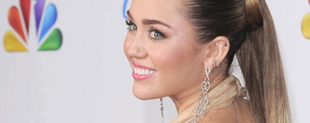 Miley Cyrus post mit langem Zopf