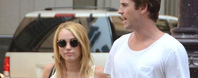 Miley Cyrus trägt Chucks zum Vokuhila-Kleid
