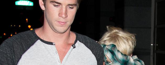Miley Cyrus versteckt sich hinter Liam