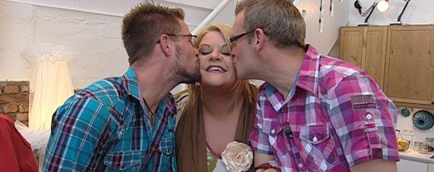 Philipp und Veit küssen Tine