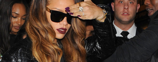 Rihanna hält sich die Hand vor das Gesicht