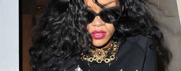 Rihanna in großen Schlangen-Overknees