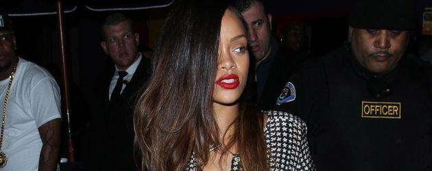 Rihanna mit langen glatten braunen Haaren