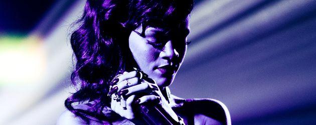 Rihanna verträumt auf der Bühne