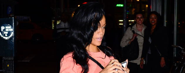 Rihannas Strumpfhose ist zerrissen