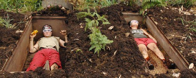Rocco Stark und Kim Debkowski liegen in Gräbern