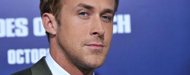 Ryan Gosling blickt verschmitzt in die Kamera