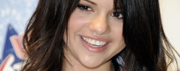 Selena Gomez brav in einer weißen Bluse