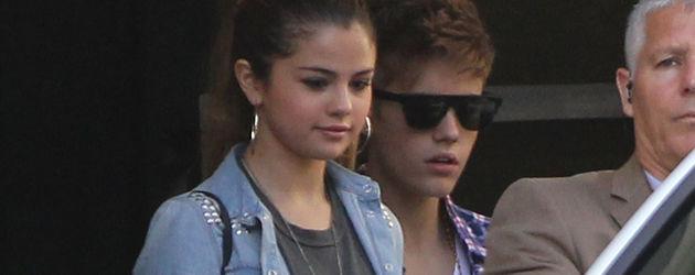 Selena steigt ins Auto und hat Justin dabei