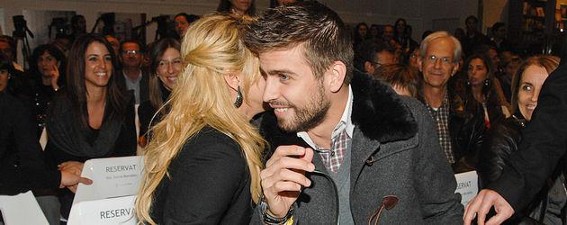 Shakira tuschelt mir Gerard Piqué