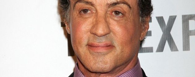 Sylvester Stallone in Anzug mit dunkelroter Krawatte