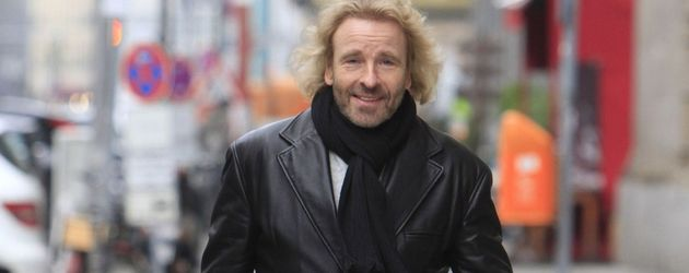 Thomas Gottschalk in Lederjacke auf der Straße